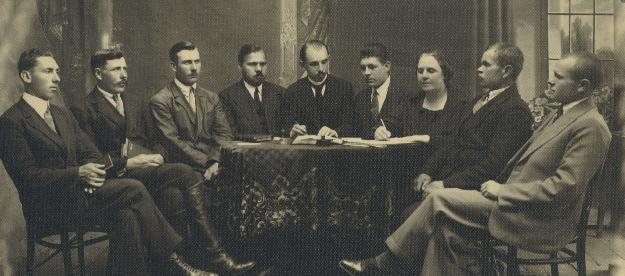 Komitet Wykonawczy ZKCh, 1929 r. Od lewej:                         Jan Władysiuk, Nikon Jakoniuk, Grzegorz Bajko,                         Jan Bukowicz, Konstanty Jaroszewicz, Jerzy                         Sacewicz, Aleksandra Winnik, Teodor Pawluk, Jan                         Moskaluk